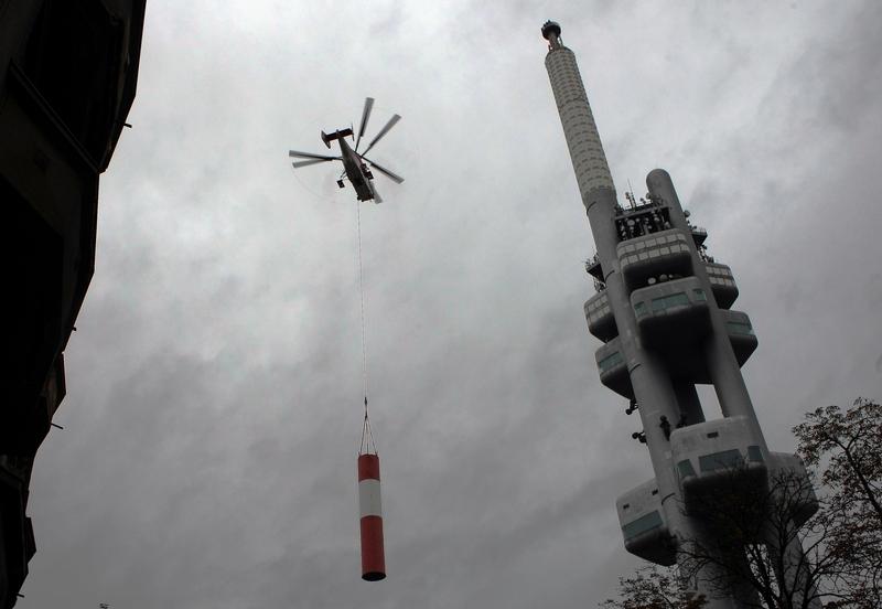 Vruľník Kamov Ka-32: V Prahe začína výmena antény vysielača na televíznej veži