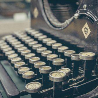 Vintage písací stroj - strojopis a hospodárska korešpondencia