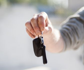 Muž drží kľúče od auta