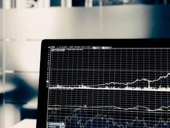 Kľúčové rozhodnutia pri obchodovaní s akciami