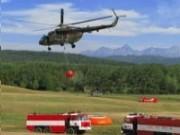 Armádny vrtuľník Mi-17 pri hasení požiaru bambi vakom