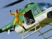 Kaskadérka skáče z vrtuľníka Bell 206 OM-SPP