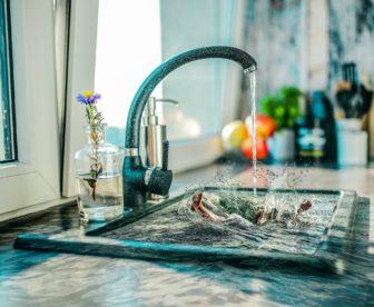 Viete, ako sa správne umýva ručne riad? Toto sú dôležité zásady
