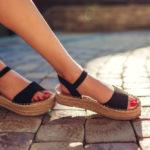 Zoznámte sa s najmódnejšími farbami dámskych sandálov na leto 2021