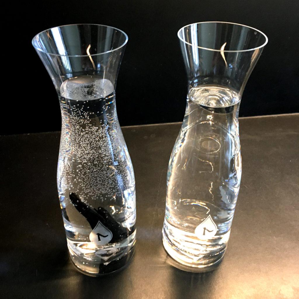 Ráno mám dve rôzne vody. Pozorujem vizuálny rozdiel medzi vodou v ľavej a pravej karafe - karafa s uhlím má na stenách drobné bublinky.