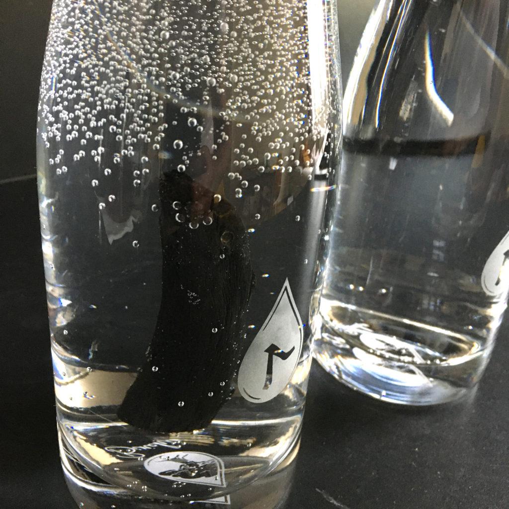 Voda bez uhlia chutí ako obyčajná odstáta voda, s charakteristickým zápachom, na ktorý sme zvyknutí. Voda očistená uhlím je jemnejšia, bez zápachu, bez príchutí.