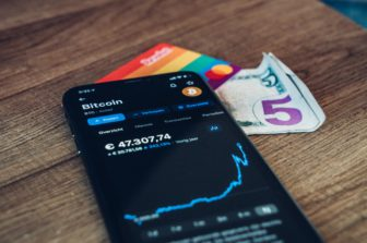 Porovnanie predných CFD brokerov ponúkajúcich kryptomeny - XTB, Admirals, Plus500 a AvaTrade