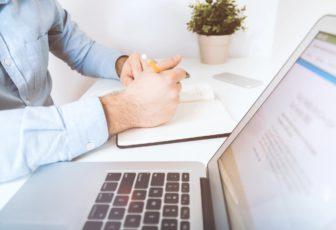 """Uvedomili ste si, že bez firemnej stránky to v biznise moc nefunguje a založili ste si s pomocou profesionálnej agentúry vlastný web? Skvelé riešenie, pretože na internete trávi väčšinu svojho voľného aj pracovného času stále viac ľudí, z ktorých sa veľmi rýchlo môžu stať vaši zákazníci. K tomu ich ale potrebujete adekvátne zaujať a na web prilákať. Osloviť dnes náročného klienta nie je ale vôbec jednoduché. Dobre nastavená a vytvorená Google reklama vám s tým určite pomôže. Poďte sa spolu s nami o tom presvedčiť. Čo je a ako funguje Google reklama? Kontextová alebo Google reklama je druh reklamy na internete, kde sa všetky dôležité informácie zobrazujú na webových stránkach na základe požiadaviek publika. Jej cieľom je pritiahnuť na internetovú stránku maximálny počet cieľových používateľov. Kontextová reklama môže byť prezentovaná vo forme reklám v podobe textu, obrázkových bannerov alebo špeciálnych videí. Má tiež účinnú funkciu - retargeting, to znamená zobrazovanie reklám publiku, ktoré navštívilo internetovú stránku, ale nevykonalo žiadne konkrétne operácie. S vytvorením účinnej Google reklamy by ste sa ale mali obrátiť na profesionálov, ktorí presne vedia, kde a čo použiť tak, aby ste boli spokojní nielen vy, ale hlavne vaši klienti, o ktorých pozornosť v tomto prípade ide zrejme najviac. Pomôže vám s oslovením publika Zákazníci sú v dnešnej dobe veľmi náročný a nájsť toho, ktorý si od vás niečo kúpi, je niekedy ako hľadanie """"ihly v kope sena"""". A pritom vôbec nemusí. Rovnako dobre ako špeciálna Fortuna General One termovízia pri love, vám v hľadaní spokojných klientov a oslovení publika pomôže moderná Google reklama. Online nakupovanie je predsa moderný a známy spôsob, ako dosiahnuť zisk, zatiaľ čo kontextová reklama je dôležitým spôsobom, ako prilákať na web zákazníkov. Poskytuje vám príležitosť nájsť ľudí, ktorí sú pripravení vykonať konkrétnu akciu, tj zavolať alebo objednať si produkt či službu. Tak ju vyskúšajte a u zákazníkov rýchlo zabodujte."""